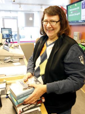 Bibliotekarie Eva Larsson möter många biblioteksbesökare som blir förvånade av lånestoppet.
