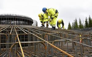 Tyska företaget BSA Arnold är specialiserade på att konstruera fundament till vindkraftverk och bygger dessa i Åskälenparken. De har hyrt ett hus utanför Strömsunds tätort för sina medarbetare under byggtiden.