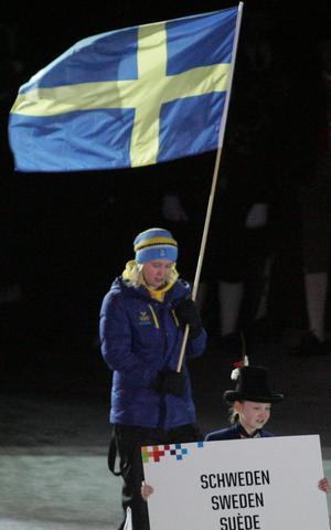 Ishockeyspelaren Linn Peterson bar svenska fanan vid invigningen av första vinterspelen för ungdom i Innsbruck på lördagen.