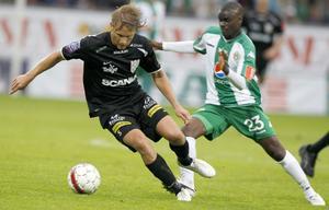 Hammarbys Maic Sema och Assyriskas Andi Toompuu i kamp i mötet mellan lagen som slutade 0–0 i juli.