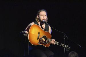 Idolvinnare. Jay Smith, idolvinnare 2010, bjöd på ett framträdande på Karlsängskolan, innan det senare under kvällen var dags för en spelning på Stadshotellet.