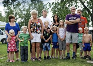 Tyst minut. Familjerna Leikvang, Kristiansen, Steen, Aune, Teksdal och Johnsen från Fosen i Norge samlades klockan tolv på Gustavsviks camping för att hedra offren och begrunda det som hänt i deras hemland.Bild: PETTER KOUBEK