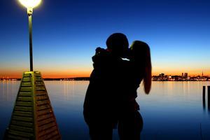 vad vore Västerås utan kärlek? bilden visar kärlek framför Västerås upplysta stad under en vacker vårkväll i april