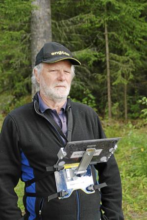 Torgny med kartställ där han har sin platta, med kartritningsprogram installerat.