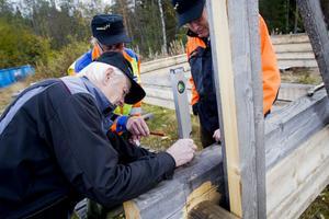 Vattenpasset kommer fram när det ska ritas in läget för nästa stock, från vänster Gösta Jansson, Christer Eliasson och allan Friberg.