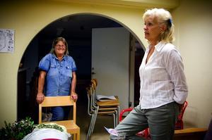 Packar. –Det har varit jobbigt men verksamheten har rullat på ändå. Det har varit tungjobbat, med kontor på tre olika ställen, säger husmor Lillemor Granqvist (till vänster). De packar nu ihop alla möbler de tagit med sig till Lorensbergaskolan för att transportera det till Lyviken för förvaring.