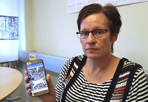 Jeanette Rönnberg visar bilder från platsen där hon hittade katterna.