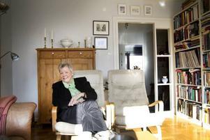 """BOR BEKVÄMT. Karin är uppväxt i Stockholms innerstad och har aldrig någonsin bott i hus. Nu har                         hon en lägenhet mitt i centrala Falun och stormtrivs. """"Jag behöver ingen trädgård, det räcker så bra med gräsmattan här utanför."""""""