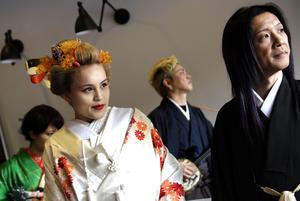 Traditionell japansk bröllopsklädsel.