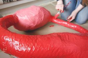 Som en del av sin upplysningskampanj har Maria gjort en skulptur som föreställer en livmoder som drabbats av endometrios.