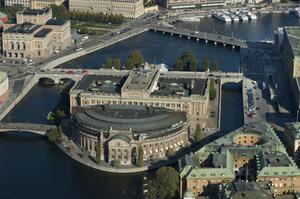 Samma företag som bryter mot folkrätten på ockuperad palestinsk mark vaktar också Sveriges riksdag.