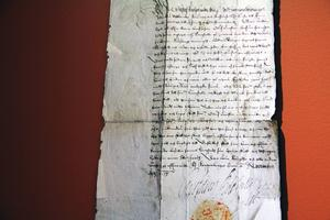 Det sirligt skrivna nedsättningsbrevet, undertecknat 1613 av kung Gustaf II Adolf, för Kopparberget, finnbosättningen i Gullberg i Alfta socken.