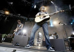 Lars Winnerbäck drar fram gitarren och lirar på årets Storsjöyra.