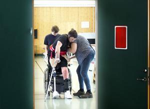 William  kämpar med balansen och med sitt nya liv utanför rullstolen.