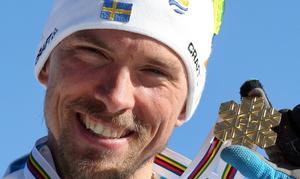 En glad Johan Olsson firar guldet.   Foto: Armando Trovati/AP/TT