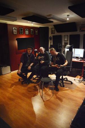 Man ska inte tolka bandet efter hur många medlemmar de har. Marcus spelar till exempel gitarr för tre, om man frågar Joakim.