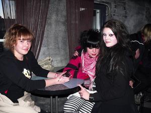 Fanny Lindholm, Erika Weilander och Malin Flykt trivs bra på Caoz under Demokvällen. De tycker att banden som spelar är asbra.