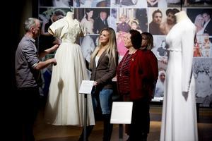 Brudklänningar och Ångermanlandsbrudar från Murbergets samlingar visas i nya utställningen