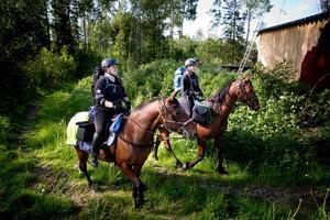 Erica Svensson med hästen Donna och Sofia Larsson på Mano.