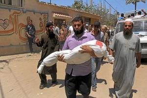 Ett av många offer. En palestinsk man bär iväg  kroppen av en sjuårig flicka som dödades i tisdags tillsammans med andra familjemedlemmar i en israelisk bombattack i Rafah.Arkivfoto: Hatem Ali/TT