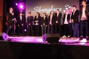 Många unga entreprenörer på scenen när Årets Affärsidé Unga Företagare skulle delas ut av gymnasieskolorna i Sala.