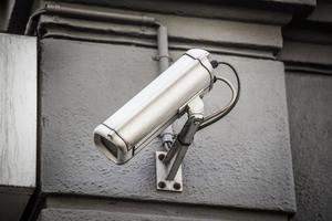 En övervakningskamera håller koll.