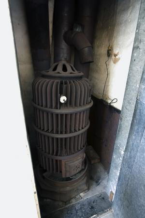 Gurney-kaminen är från slutet av 1800-talet och kommer förmodligen från en större kyrka. Kaminen har ett system med flänsar och för att ge full effekt ska den stå fritt, men Anneli och Daniel hittade den i en liten skrubb.