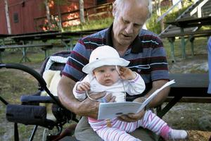 En av kvällens yngsta besökare var lilla Beata Juel som tillsammans med morfar Peer Juel kom för att lyssna på mormor Britt Juel, som är en av sångarna i kören Tonflödet.