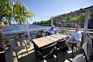 Torbjörn Lundkvist och Björn Jensen ska precis äta lunch på restaurang Bryggan.– Verkar jättebra. Vi pratade precis om hur fint det är här. Och kul att de profilerar Gävle som kuststad. Vad som händer med restaurangen på vintern får vi väl se, men det är kul att de tar tillvara på det vi har, säger Torbjörn Lundkvist.