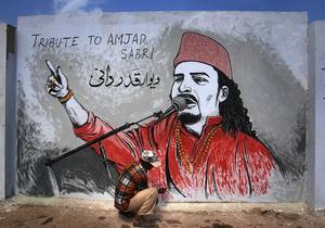 En väggmålning i Karachi i Pakistan till minne av sångaren Amjad Sabri, som sköts till döds i somras.