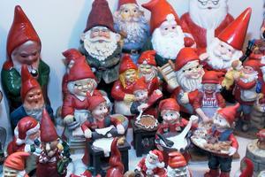 I vita skåpet är det fullt med jultomtar i olika storlekar och åldrar. När skåpet inte längre räckte till fortsatte samlingarna få plats i bokhyllan.