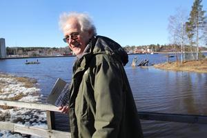 – Här lade de stora segelskutorna till och lastade virke.  Gunnar Olsson pekar ut mot Söderhamnsfjärden och stenkistorna som håller på att förfalla utanför Mariehill.