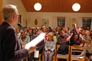 KRITISKA. Ett 100-tal invånare i Älvkarleby kommun kom för att ställa ansvariga för den försämrade busstrafiken till svars.