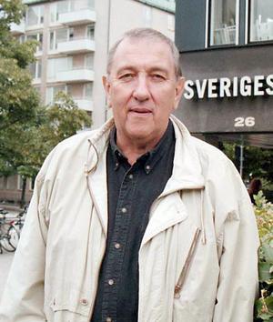 Olle Häger framför tv-huset.