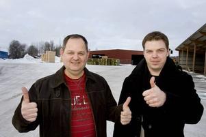 Tummen upp. Kurt Larsson, vice vd på Åshammars hyvleri, och säljaren Anders Larsson är glada över att företaget återigen har utsetts till ett av de bästa i Gästrikland.