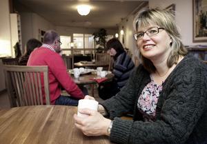 Anna-Lena Andersson tjänar 41 000 i månaden som tillförordnad men räknar med att nu erbjudas högre lön. Hur väl hon ska avlönas är politikerna oense om.
