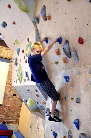Sommarlov på hög höjd. Likt Spindelmannen och helt utan rädsla testade Max Adbring de olika klätterväggarna.