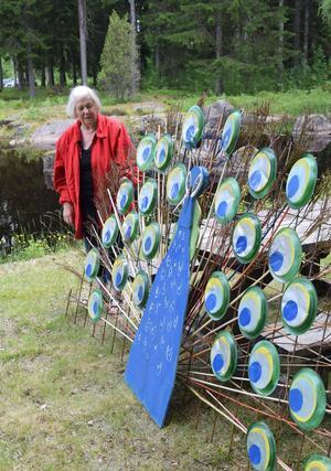 Grus Dagny Olsson vid den påfågel hon skapade inför fjolårets Konst i byn-utställning