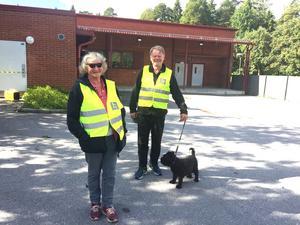 Gunvor Nordqvist och Lars Hällström var på gott humör, trots allvaret i fallet. Möjligen bidrog det faktum att Missing People hade tur med vädret. Det var så soligt att Gunvor Nordqvist hade tagit med sig solglasögon. Moln drog dock in mot slutet av sökandet.