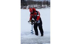 Isen på Viggen mätte mellan 40-50 cm på lördagen, konstaterade Mattias Bergström. FOTO: KERSTIN ERIKSSON