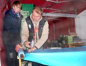 Jocke Larsson, till vänster, och Anders Wikberg dukar upp inför försäljning av mat och glüwein utomhus.