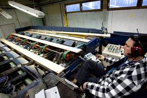 Bilden togs 2007 då hyvleriet i Valbo rustades och byggdes ut. Här inspekteras och sorteras panelbrädor.
