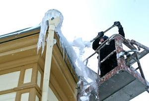 Leif Arnö hackar bort is från en fastighet i Stugsund.