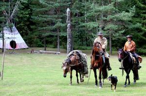 Pälsjägarna Douglas Listam och Pelle Engbom hade ridit sju, åtta mil på två dagar när de kom fram till Mosskriken på torsdagen.