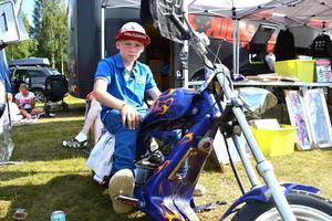 Oscar Henriksson, 9 år, deltar i lådbilstävlingen. Vad för otalt han haft med polisiära insatser i en sådan ung ålder är oklart.