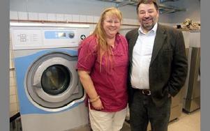 Agneta Ericsson, medarbetare på tryckeriet, och enhetschefen Horst Bodinger med en av tvätteriets fyra tvättmaskiner.FOTO: PÄR SÖNNERT