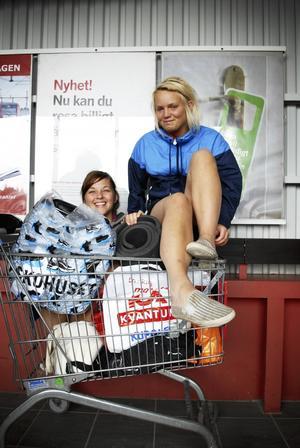 Rekommenderar P&L. Gabriella Blomqvist och Frida Åstrand väntar på tåget som ska ta dem hem till Östersund. Båda två rekommenderar starkt Peace & Love.