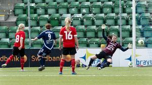 Här sätter duktiga Mia Skoglund segermålet bakom Josefin Halvarsson.