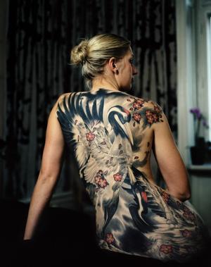 Lina valde att tatuera sig med två jättelika tranor. Hon har haft tatueringen i ett år, men ännu inte visat den för sin mamma. Foto: Björn Abelin