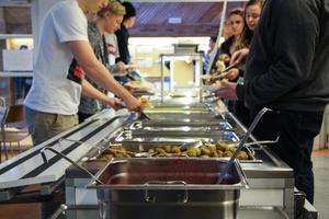 På Lugnetgymnasiet har man bytt ut de gamla slevarna mot nya, mindre – detta för att minska matsvinnet på skolan.